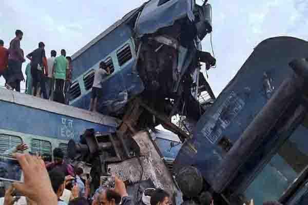 मुजफ्फरनगर ट्रेन हादसे में आठ अफसरों पर गिरी गाज़..चार इंजीनियर सस्पेंड..चीफ ट्रैक इंजीनियर का ट्रांसफर..डीआरएम और जीएम छुट्टी पर भेजे गए