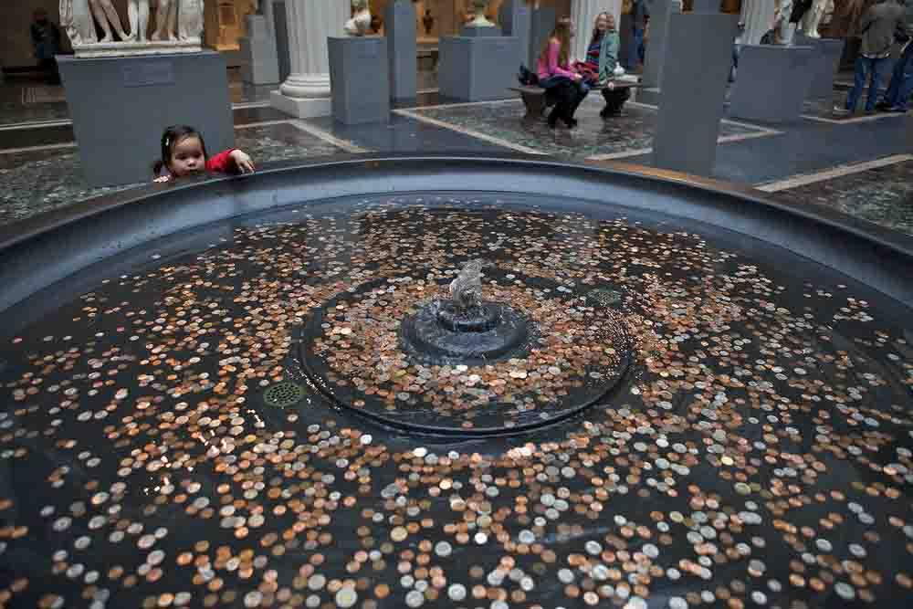 दूआ के लिए नहीं बल्कि इसलिए लोग डालते हैं नदियों में सिक्के