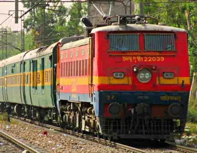 रेलवे ने वसूली करने वाले पर 10 क्लर्क भेजे छुट्टी पर, अब कभी सूरत में नहीं होगी पोस्टिंग