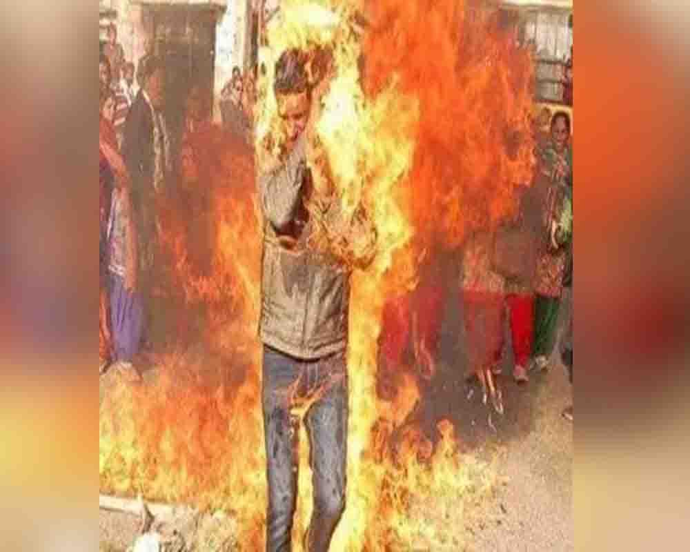 घूसखोरी से परेशान 2 लोगों ने संसद के बाहर खुद को लगा ली आग