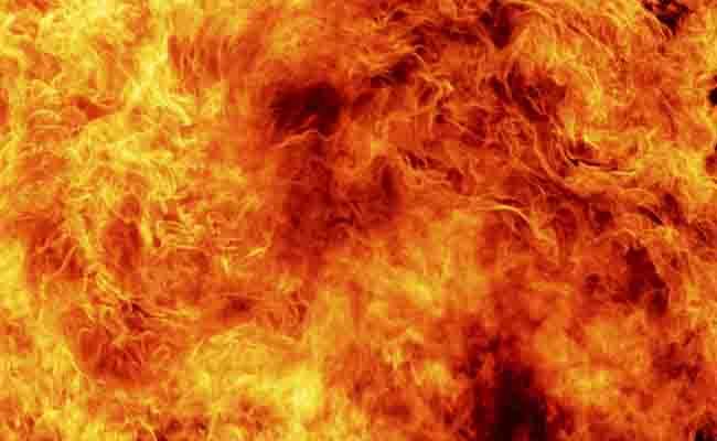 मुंबई: कामा इंडस्ट्रियल एस्टेट में सुबह 8 बजे से लगी आग, बुझाने की कोशिशें जारी