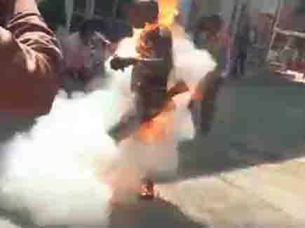 डीएम ऑफिस के बाहर दलित किसान ने खुद को आग लगाई