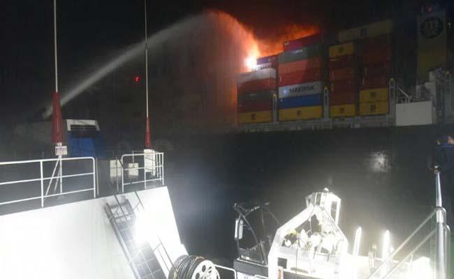कोच्चि के समीप समुद्र में एक व्यापारिक जहाज में आग लगी