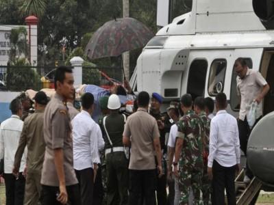 इंडोनेशिया : गाड़ी से निकलते ही नेता को भीड़ में मौजूद शख्स में मारा चाकू
