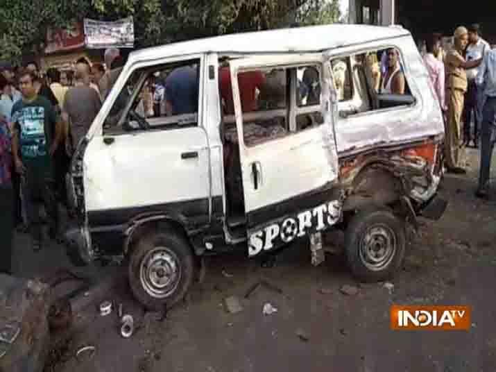 दिल्ली: तेज़ रफ़्तार टेंपो ने मारी स्कूल वैन को टक्कर, गई मासूमों की जान