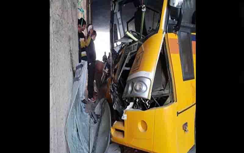 नोएडा : डिवाइड से टकराई स्कूल बस, 12 बच्चे घायल