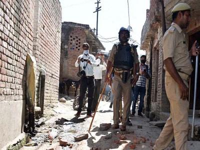 अलीगढ़ में LOCKDOWN का पालन कराने गई पुलिस पर किया पथराव, एक जवान घायल