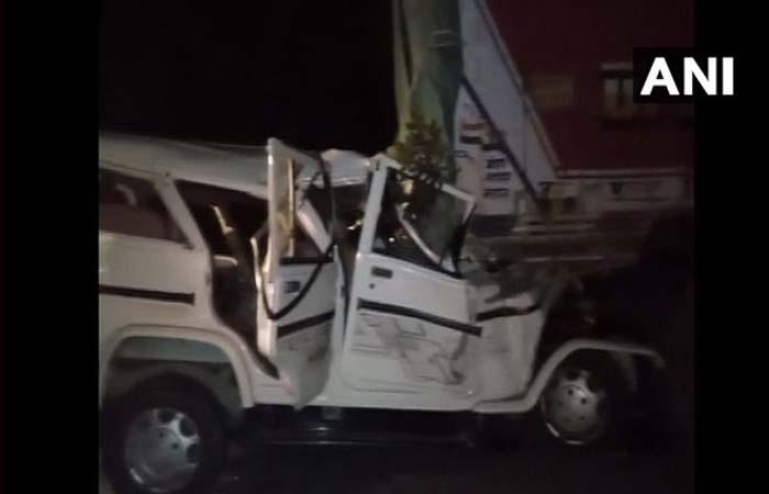 यूपी: प्रतापगढ़ में बारातियों से भरी बोलेरो ट्रक से टकराई, 14 की मौत