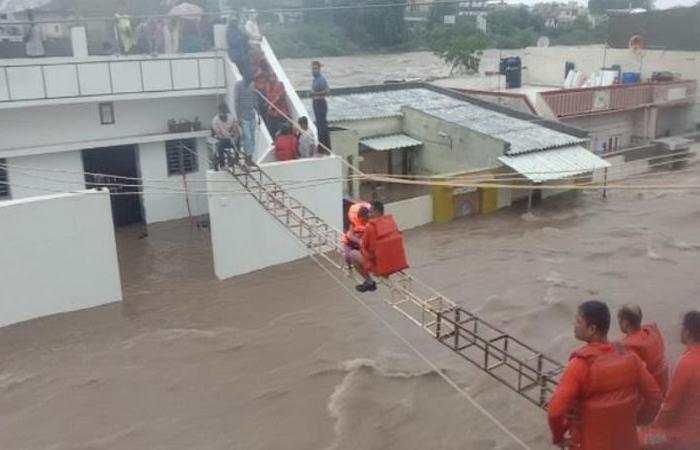 Flood in gujrat: जामनगर और राजकोट में भारी बारिश से बाढ़ के हालात