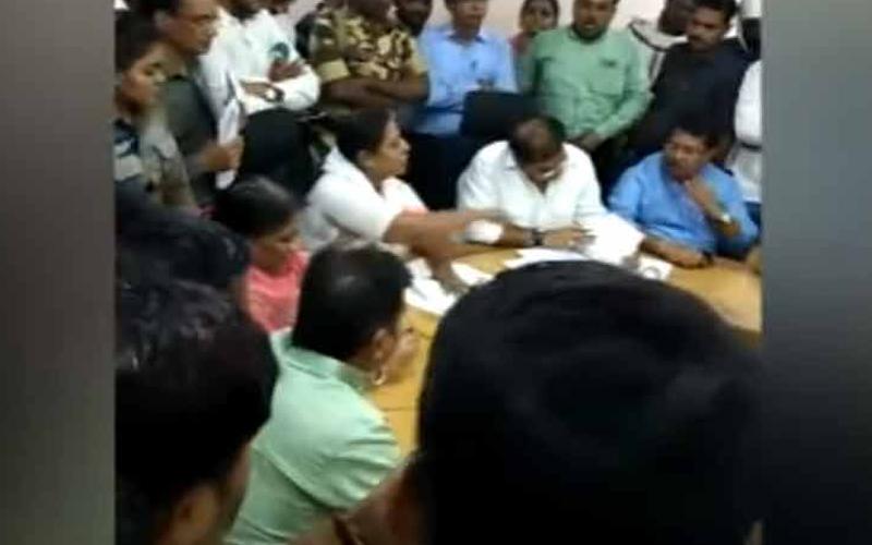 VIDEO: भरी मीटिंग में अफसरों को गाली देने लगे कांग्रेस MLA, वायरल हुआ वीडियो