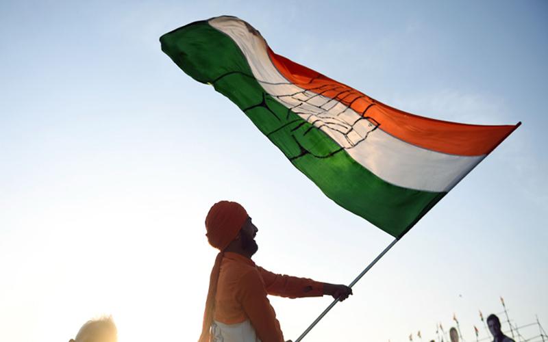 खतरे में पड़ सकती है गोवा में मनोहर की सरकार , कांग्रेस ने किया दावा पर्रिकर के पांच विधायक संपर्क में