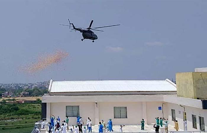 वायुसेना ने किया कोरोना वॉरियर्स का सम्मान, आकाश में की पुष्प वर्षा