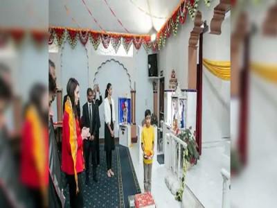 विश्व भर में तारीफे बटोर रही न्यूज़ीलैंड की PM  जैसिंडा पहुंची मंदिर