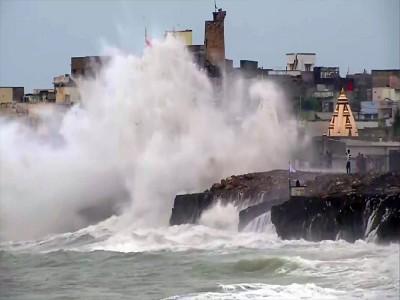 Cyclone Vayu: गुजरात में नहीं टला 'वायु' का खतरा