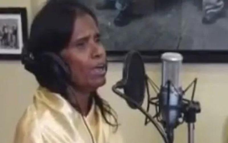 बदल गई रेलवे स्टेशन पर गाना गा कर भीख मांगने वाली की किस्मत, बॉलीवुड में मिला मौका