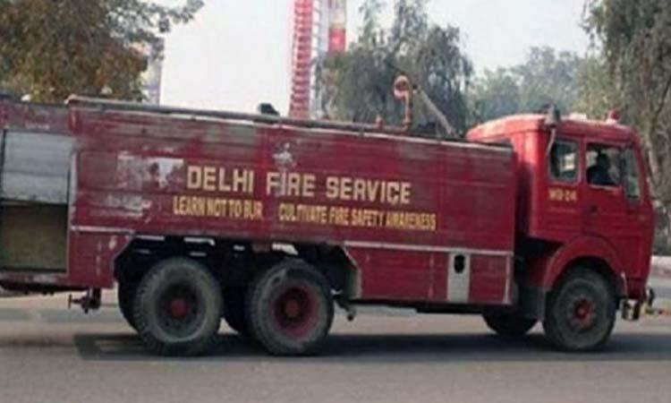 दिल्ली की किराड़ी फर्नीचर मार्केट में लगी आग