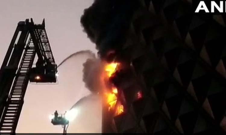 गुजरात: सूरत के रघुवीर मार्केट में लगी भयानक आग, फायर ब्रिगेड की 50 गाड़ियां कड़ी मशक्कत में