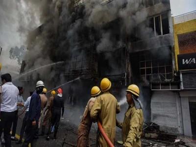 दिल्ली के लाजपत नगर के सेंट्रल मार्केट में दुकान में लगी आग