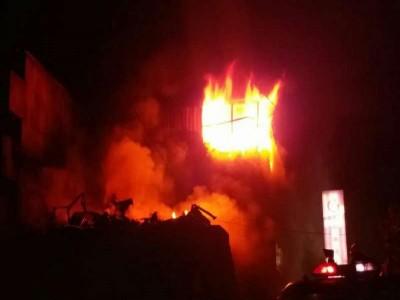 NEWS FLASH: पश्चिमी दिल्ली के एक रबड़ गोदाम में लगी भीषण आग