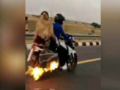 जल रही थी बाइक, कपल को नहीं पड़ी भनक.. और फिर जो हुआ...