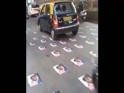 मुंबई में लोगों ने सड़क पर चिपकाए फ्रांस के राष्ट्रपति मैक्रों के पोस्टर