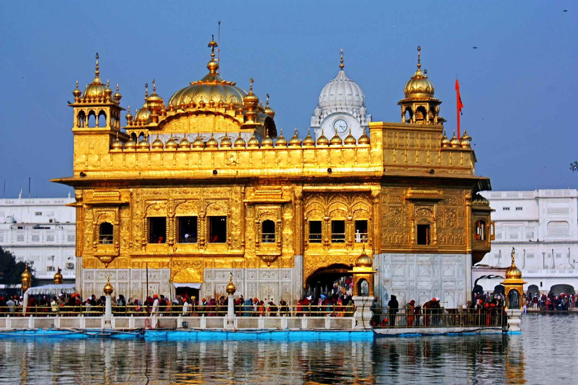 पाक से आया फलों का ट्रक, अंदर छिपा था लाखों का सोना