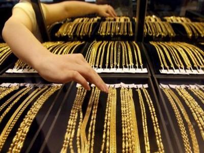 Gold Price Today: फिर गिरे सोने के दाम, रिकॉर्ड लेवल से 10,000 रुपये गिरे भाव