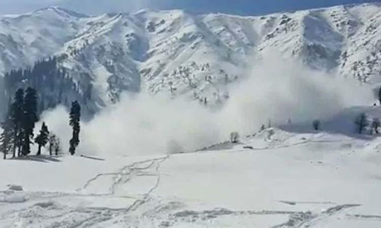 जम्मू कश्मीर में हिमस्खलनों से सैनिकों समेत 12 लोगों की मौत