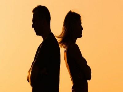 बेटी के इलाज के लिए हुए झगड़े के बीच कोर्ट पहुंचे माता-पिता