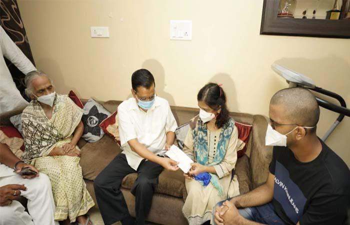 'पीपुल्स डॉक्टर' असीम गुप्ता के परिवार को मुख्यमंत्री अरविंद केजरीवाल ने सौंपा 1 करोड़ का चेक