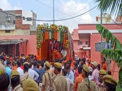 संगम के लिए रवाना हुई महंत नरेंद्र गिरि अंतिम यात्रा
