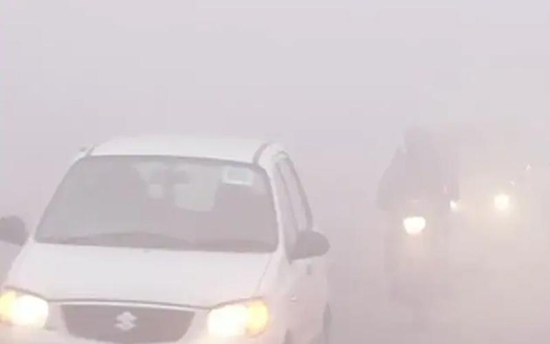 दिल्ली-एनसीआर में कोहरे की चादर, हुआ फ्लाइट्स और रेलगाड़ियों पर असर