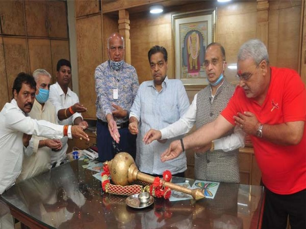 लव-कुश रामलीला मंचन के लिए अधिकारियों ने किया शस्त्र का पूजन