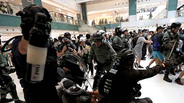 हांग कांग : मॉल में घुसे प्रदर्शनकारी, कई लोग हुए घायल