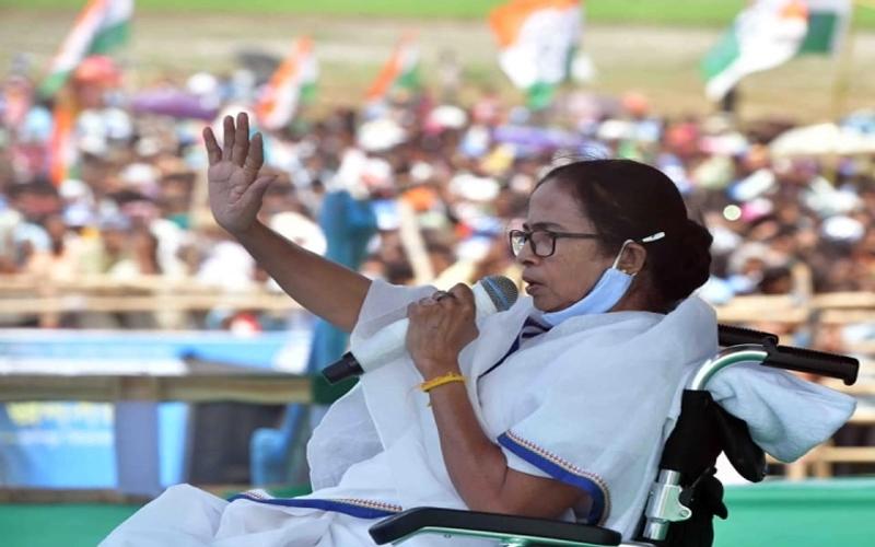 बंगाल चुनाव: व्हीलचेयर पर बैठी ममता के पैर की सता रही है संबित पात्रा को चिंता