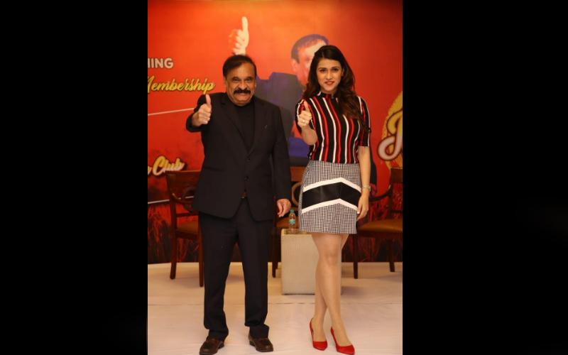 अभिनेत्री मनारा चोपड़ा ने दिल्ली में मनाई बैसाखी