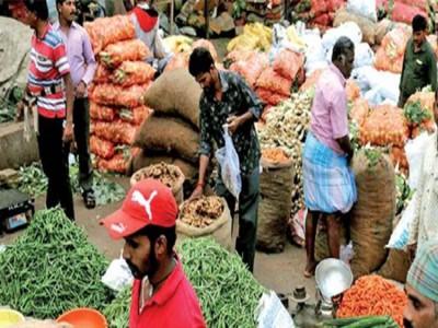 अधिकारी ने गाड़ी से कुचली सब्जी बेचने मंडी पहुंचे किसान की सारी सब्जी