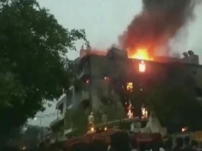 दिल्ली के मायापुरी इलाके में फैक्ट्री में लगी भीषण आग