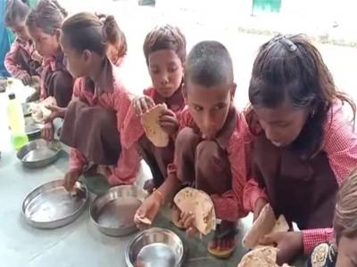 सरकारी स्कूलों में बच्चों को मिड-डे मील में खिलाया जा रहा है रोटी और नमक