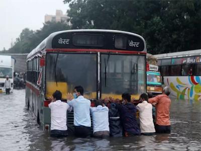 Viral Video: बारिश से भरा पानी तो बच्ची ने सड़क पर उतरकर की Live Reporting
