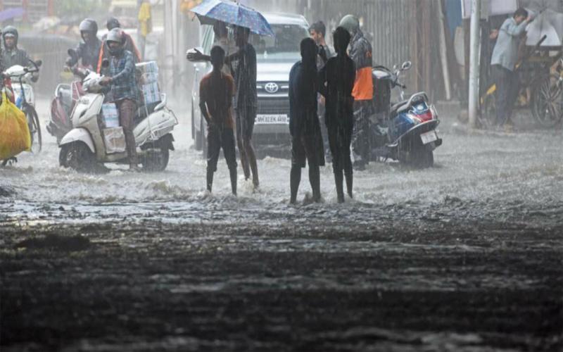 Mumbai Rains Live: भारी बारिश से थमी मुंबई की रफ्तार, बंद हुए सरकारी स्कूल