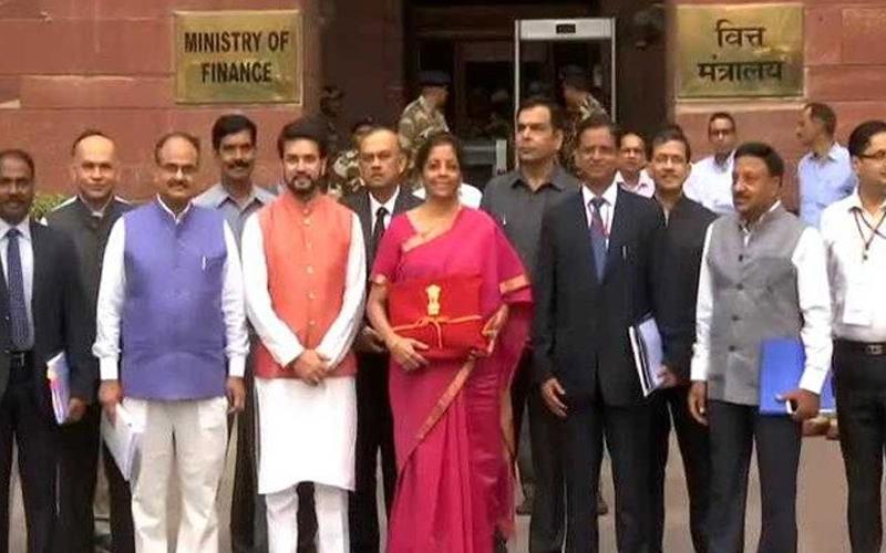 बजट 2019 Live : वित्त मंत्री निर्मला सीतारमण ने इस बार बजट दस्तावेज को नहीं रखा ब्रीफकेस में