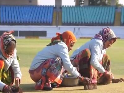राजकोट में बुजुर्ग महिलाओं ने की पिच की सफाई तो फैंस के निशाने पर आए BCCI अध्यक्ष
