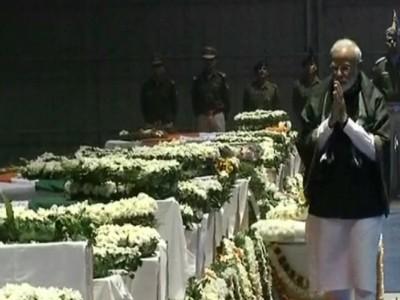 पुलवामा आतंकी हमले में शहीद हुए जवानों को पीएम मोदी, राहुल गांधी ने दी श्रद्धांजलि