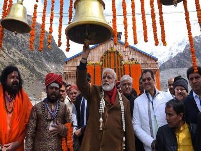LIVE: सुरक्षा घेरे को तोड़ लोगों से मिलने पहुंचे प्रधानमंत्री नरेंद्र मोदी