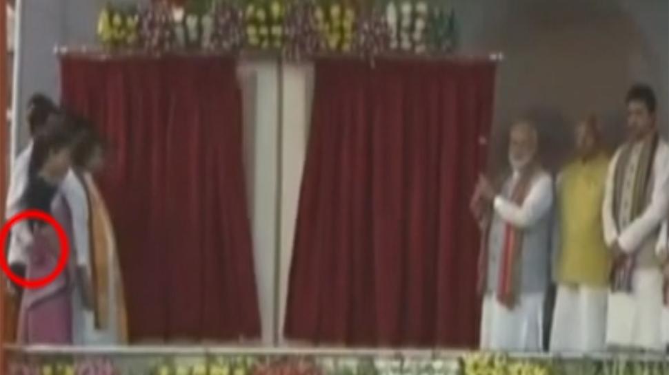 पीएम मोदी के सामने ही मंच पर मंत्री ने की महिला साथी के साथ गंदी हरकत