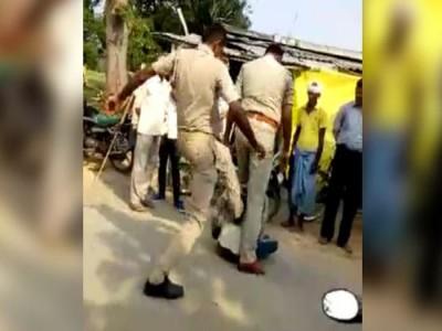 पुलिसवालों की गुंडागर्दी, मामूली बहस में युवक को बेरहमी से पीटा