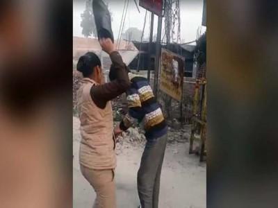 छात्राओं को परेशान कर रहा था मनचला, महिला पुलिसकर्मी ने 23 second में बरसाए 22 जूते
