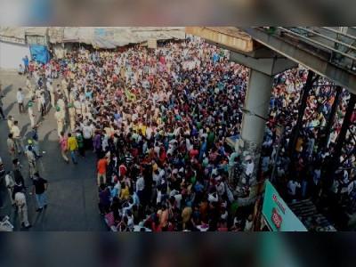 मुंबई के बांद्रा स्टेशन पर फिर उमड़ी हजारों प्रवासियों की भीड़