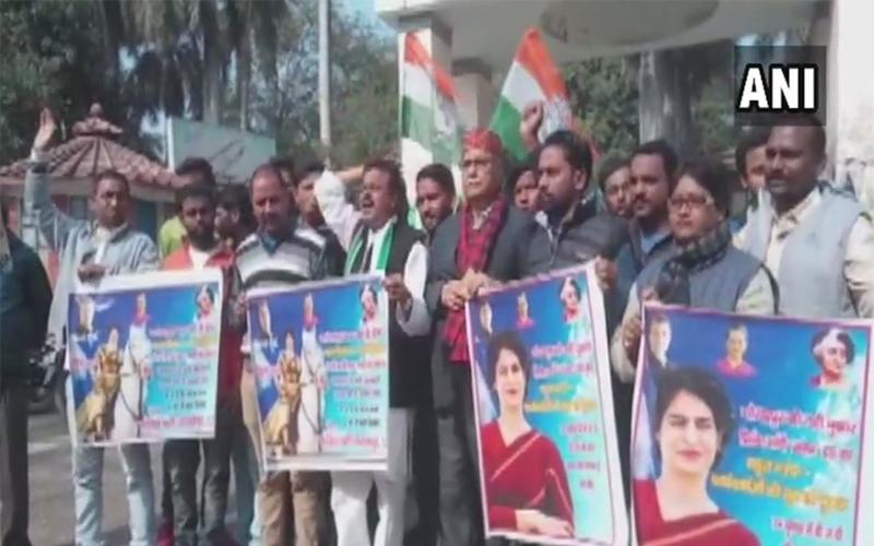 'गोरखपुर : प्रियंका गांधी को पोस्टर में दिखाया 'झांसी की रानी'